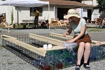 Dobrovolníci dokončili úpravu okolí Sportovního klubu u řeky a zároveň začali pro plovárnu vyrábět speciální mola