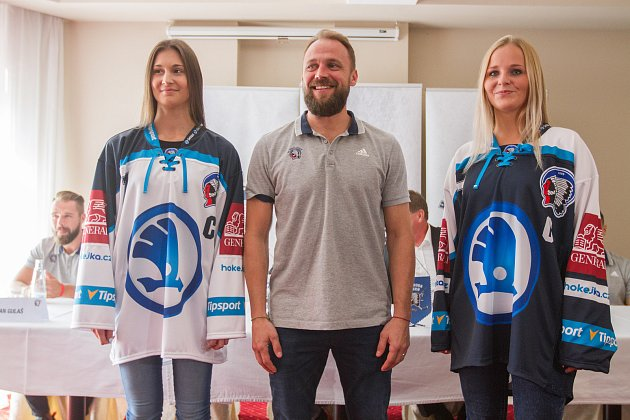 Nový plzeňský kapitán Petr Kadlec pózuje mezi modelkami předvádějícími dresy, v nichž Škodovka odehraje nadcházející ročník extraligy.