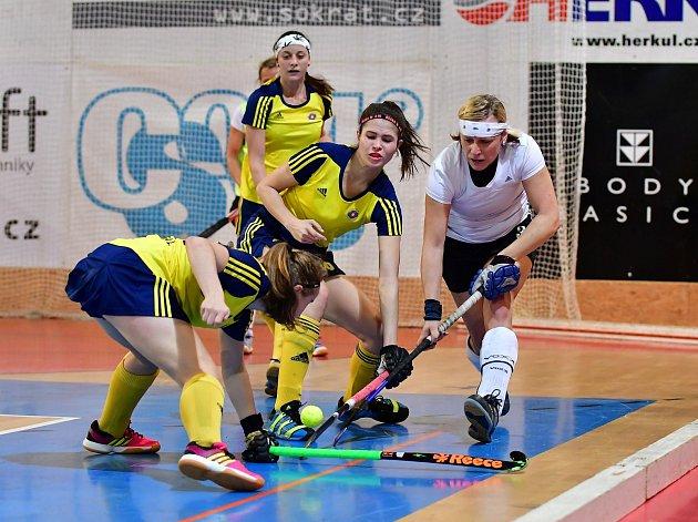 HRÁČKY LITIC (v modrožlutých dresech) vybojovaly po velice dramatickém průběhu své premiérové vítězství v extralize žen v halovém pozemním hokeji.
