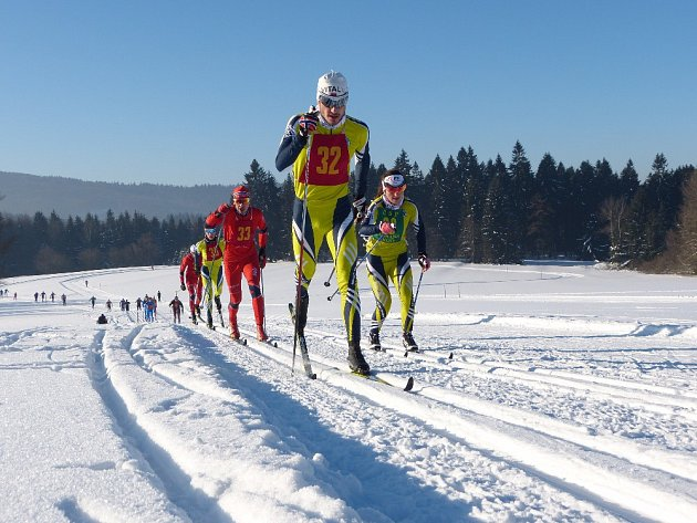 Vladislav Razým táhne závodní pole při Chodské třicítce, vpravo běží Kateřina Beroušková