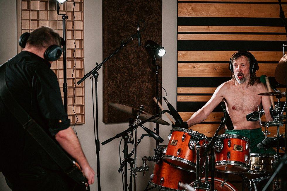 Znouzectnost ve studiu. Golda a Caine.