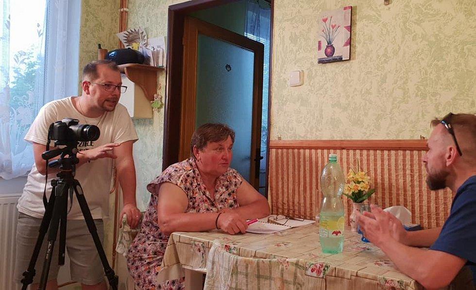 Nadšenci ze Žihle točí už třetí letní komedii. Na snímku režisér Jiří Bláha, Milada Sandnerová a Lukáš Milota.