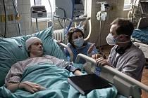 Natáčení snímku Oběť v nemocnici v Klatovech. Fotografie zachycují hlavní herečku Vitu Schmachelyuk, herce Gleba Kuchuka, který ztvárňuje jejího syna, dále vyšetrovatele Igora Chmelu, režiséra Michala Blaška a další členy štábu.