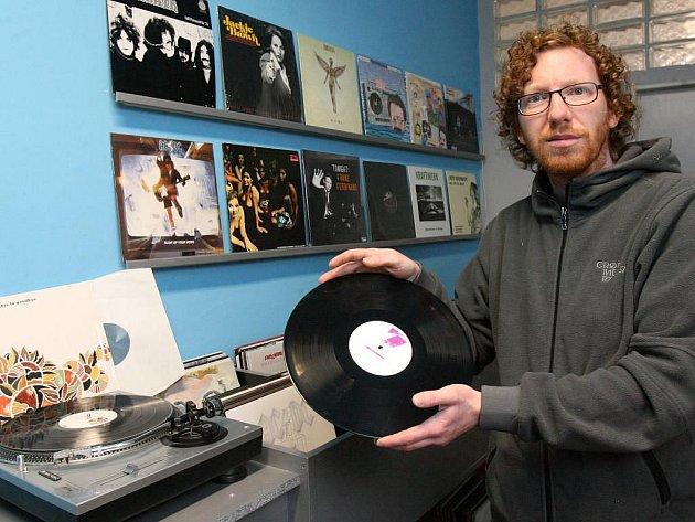 Jiří Krzanowski rozjíždí v Bezručově ulici v Plzni obchod s gramofonovými deskami a originálním oblečením. Otevřeno má teprve pár dní