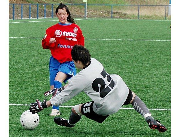První branku fotbalových dorostenek Viktorie Plzeň vstřelila v utkání proti pražské Slavii útočnice Romana Mikysková (vlevo).