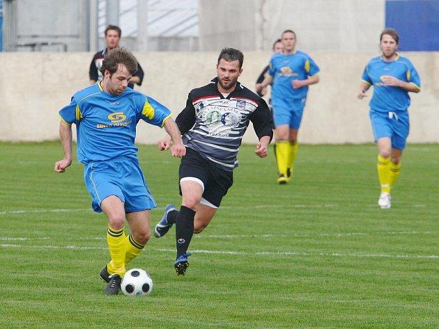 Fotbalisté  týmu Senco Doubravka (v modrém)  pokořili  o víkendu  doma Třeboň  4:1 a  ukázali, že  bojují,  ačkoliv  jeijich  šance na záchranu je  dál  spíš jen teoretická.