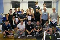 Společný snímek účastníků třetího ročníku silového trojboje, který   se letos opět konal v  Nezvěsticích