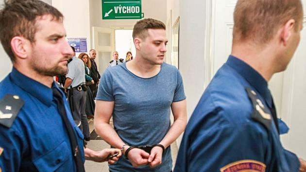 Eskorta vede Václava Chaloupka ml. k soudu