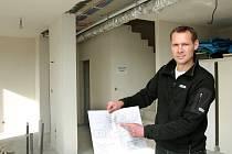Stavitel Ladislav Stach ukazuje projekt domu. Nad ním je rozvod vzduchotechniky Nilan VP 18 Compact K