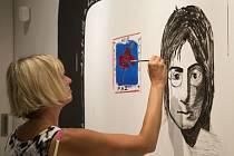 V jednom ze sálů centra je interaktivní výstava, která návštěvníkům připomíná slavnou Lennonovu zeď v Praze