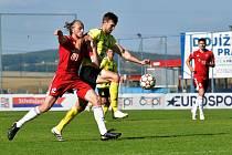 Marek Vohrna (na snímku ve žlutém) se dostává přes petřínského Adama Kohouta do šance, která skončila nakonec odpískanou penaltou.