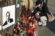 Všechny generace. U andělíčka na náměstí Republiky přišli uctít památku Václava Havla Plzeňané všech věkových kategorií. Kromě náměstí se lidé scházeli k zapálení svíčky také u budovy rozhlasu na náměstí Míru