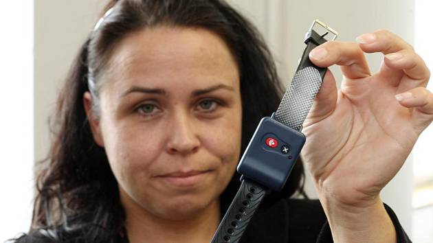 Pásek s tísňovým tlačítkem ukazuje Alice Průchová z Městské charity Plzeň