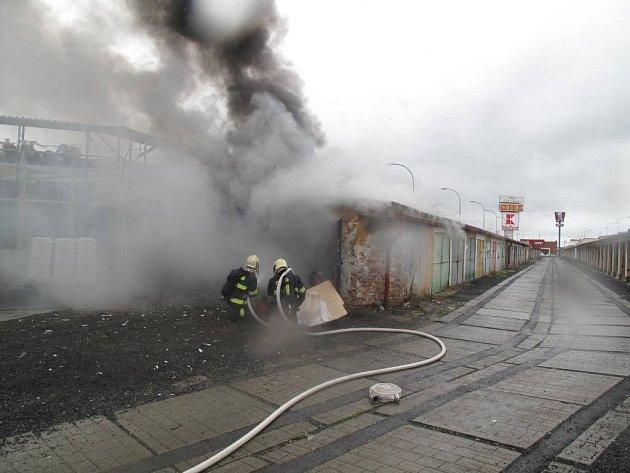 Požár garáží v ulici Boettingerova v Plzni