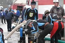 Na požární útok se hasiči pečlivě připravují. Na snímku tým z Obory.