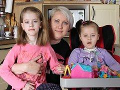 Maminka Juliana Větrovcová se Sárinkou (vlevo) a Sofinkou, která potřebuje elektrický vozík