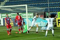 Plzeňští fotbalisté i s jakubem Brabcem (zcela vlevo) smutně sledují míč, který skončil v jejich síti. Včerejší zápas 13. kola FORTUNA:LIGY prohráli na Slovácku 0:4. Pozítří hostí doma Slavii.