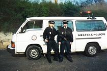 Archivní snímek ukazuje vybavení strážníků v devadesátých letech dvacátého století