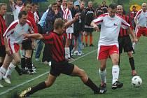 Urputná snaha. Fotbalista českého týmu Jan Opatrný (v bílém dresu) se probíjí obranou Rakušanů v úvodním utkání kvalifikační skupiny ME nemocničních týmů Eurospital 2007, které o víkendu hostí skotské město Glasgow.