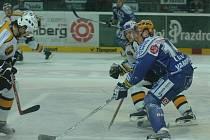 POPRVÉ DOMA BEZ BODU. Hokejisté Lasselsbergeru včera podlehli Litvínovu 3:6. Na snímku svádí plzeňský útočník Petr Vampola (vpředu) souboj s jedním z protihráčů.
