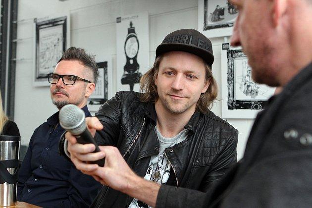 Zpěvák Tomáš Klus na tiskové konferenci kpátečnímu vyhlášení hudební ankety Žebřík vplzeňském multikulturním centru DEPO 2015.