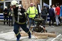 Studenti třetího ročníkupožární prevence ze Střední školy průmyslové dopravní v Plzni pořádali v pátek školní hasičské závody Nejtvrdší hasič přežije