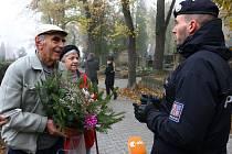 Policisté kontrolují zvýšený ruch na hřbitově.