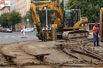 Rekonstrukce kolejí na křižovatce ulic Sladkovského a Koterovská v Plzni na Slovanech v pátek začala. Na dva měsíce tak zkomplikuje cestování veřejnou dopravou i auty většině Plzeňanů