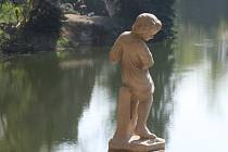 Socha andělíčka u košuteckého jezírka