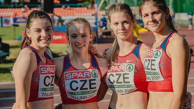 Lucie Zavadilová (druhá zleva) a Kateřina Matoušková (vpravo).