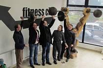 Dřevěná socha vzpěrače  u vstupu do fitness a restaurace plaveckého bazénu na Slovanech