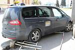 Taxi najelo do sloupu budovy policie v Klatovech