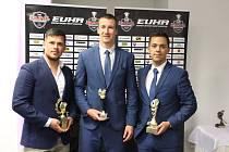 Předávání cen EUHL po skončení sezony Akademici jednoznačně vládli. Trofej pro nejlepšího trenéra obdržel Tomáš Ceperko (vlevo), manažerem roku byl vyhlášen Filip Malota (uprostřed) a ocenění za mediální rozvoj EUHL převzal Vilém Franěk.