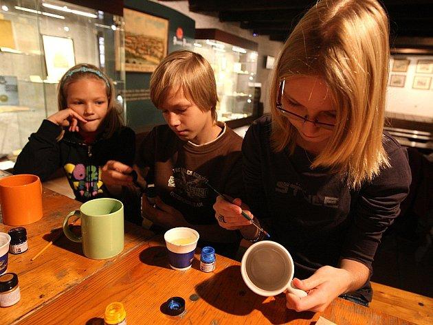 V Pivovarském muzeu vytvářely v sobotu děti vlastní originály malováním na porcelánové hrníčky.