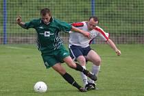 Fotbalisté Rapidu Plzeň (hráč ve světlém dresu) podlehli doma v pátém kole Fitcentrum krajského přeboru celku Horní Břízy vysoko 1:5