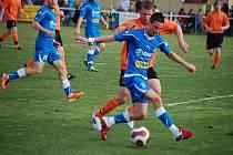 S velkou chutí si zahrál ve středu proti Kolovči záložník Viktorie Milan Petržela. Hbitý štírek přispěl k výhře Viktorie 10:1 dvěma góly. Na snímku (u míče) bojuje s obranou Kolovče