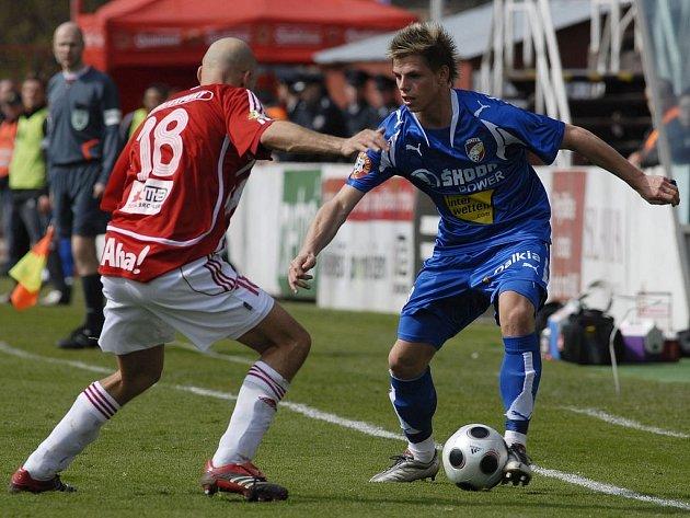 Ondřej Vrzal z Viktorie Plzeň vpravo bojuje o míč s Marcelem Šťastným z Viktorie Žižkov v nedělním utkání I. Gambrinus ligy v Praze.