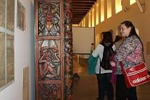 Váchalova knihovna. Tato kolorovaná dřevořezba i s knihami z umělcovy pozůstalosti je jedním z vystavených artefaktů v síni Masné krámy