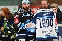 Pamětní dres k 1200. utkání v extralize předal Petru Kadlecovi (vlevo) před duelem s Vítkovicemi jiný  vynikající  plzeňský obránce a nyní trenér mládeže  Ivan Vlček.