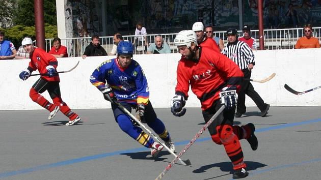 Hokejbalista Snacku Dobřany Jiří Kadaně (vpravo) obchází soupeře z Kert Parku Praha v jednom z finálových soubojů 1. národní ligy