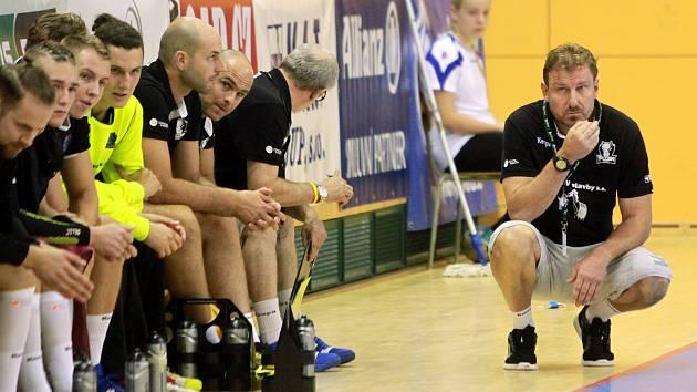 Trenér Michal Tonar st. v podřepu