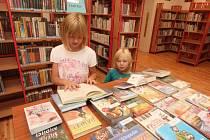 Čtenářky Anet a Kristýnka navštěvují knihovnu pravidelně. Půjčit si nové knížky přišly hned po prázdninové odmlce