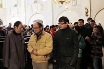 Ojedinělou událost v kostele svatého Petra a Pavla v Kralovicích si nenechaly ujít desítky návštěvníků. Před vstupem do krypty, kde odpočívají členové rodu Gryspeků, se vytvořila několikametrová fronta
