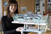 Andrea Kestlerová ukazuje model lůžka pro pacienty v kritickém stavu, které vytvořila společně se svým týmem