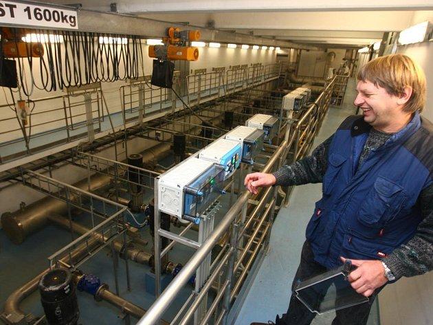 František Šimána z obsluhy čerpací stanice ukazuje nouzové ovládání pro případ poruchy hlavního panelu