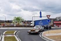 Podle návrhu Adama Kovalčíka se u křižovatky objevit sv Jan Nepomucký připomínající dopravní značku i se všemi jeho obvyklými atributy. Konstrukce, pod níž vozy projíždějí, symbolizuje most, pět světel za světcovou hlavou vytvoří jeho typickou svatozář a