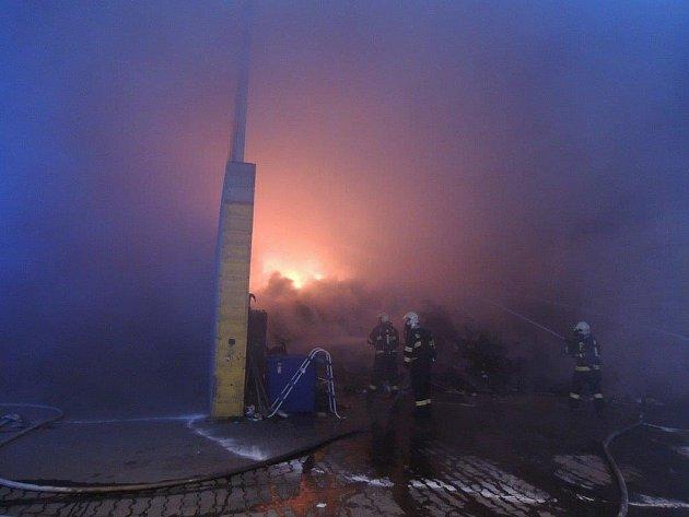 Požár v areálu firmy Becker Bohemia v Kralovicích.