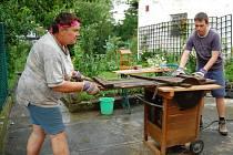 Řezání dřeva? Pro účastníky letošního v pořadí třetího ročníku dobrovolnické brigády SummerJob, kteří minulý týden pracovali v Nečtinech, Plasích a také v Manětíně, to nebyl žádný problém