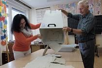 Vysypávání volební urny v domažlické škole
