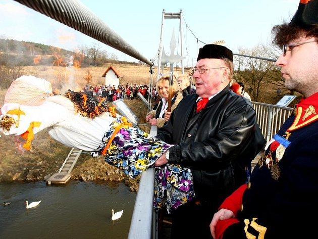 Baráčníci vhodili smrtku do řeky Berounky.